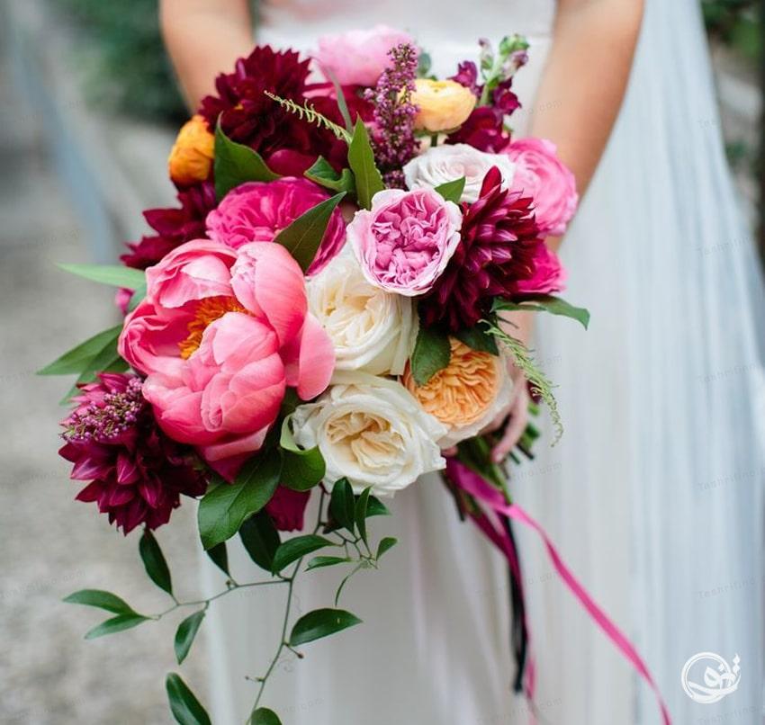 به رنگ دسته گل عروس دقت کنید